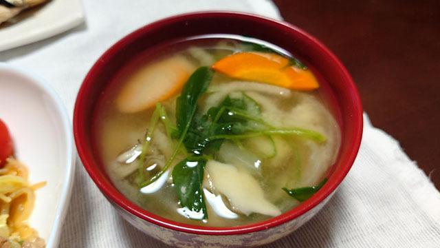 サツマイモと小松菜とニンジンとマイタケのお味噌汁.JPG