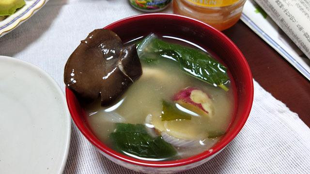 小松菜とサツマイモとタマネギと霜降りひらたけのお味噌汁 (1).JPG