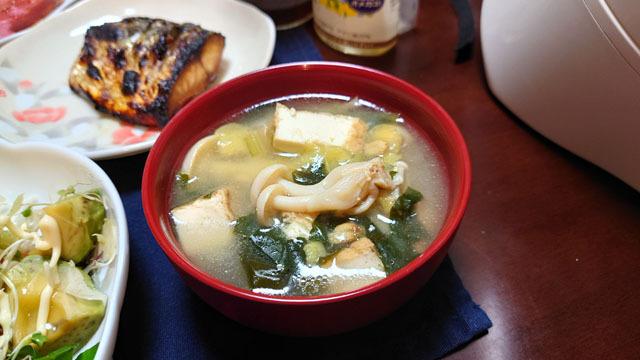 小松菜とタマネギとワカメと厚揚げとホワイトブナシメジのお味噌汁.JPG