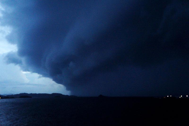 海 雨雲.JPG