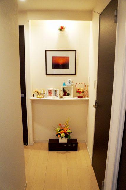 玄関から見える飾り棚.JPG