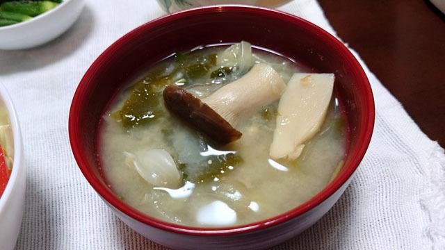 白菜とタマネギとワカメとエリンギのお味噌汁.JPG
